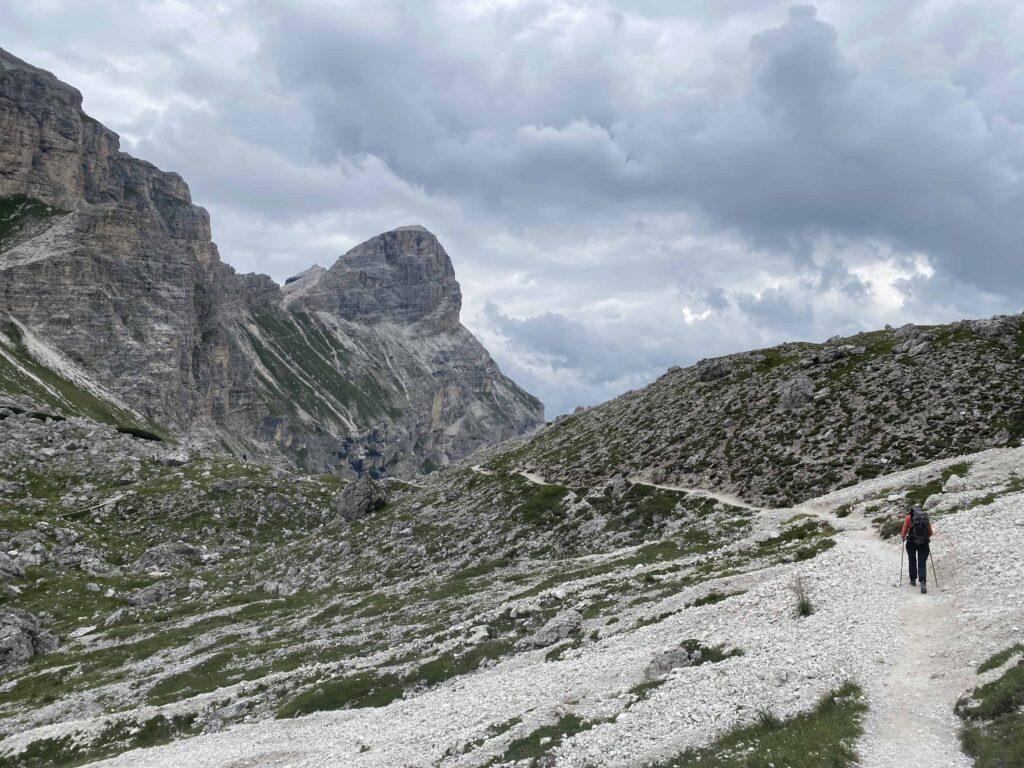 Randonneuse avec chaussures de randonnée femme Dolomites