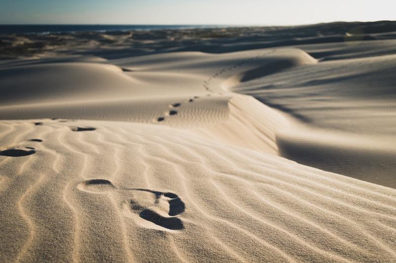 pieds plats empreintes sable