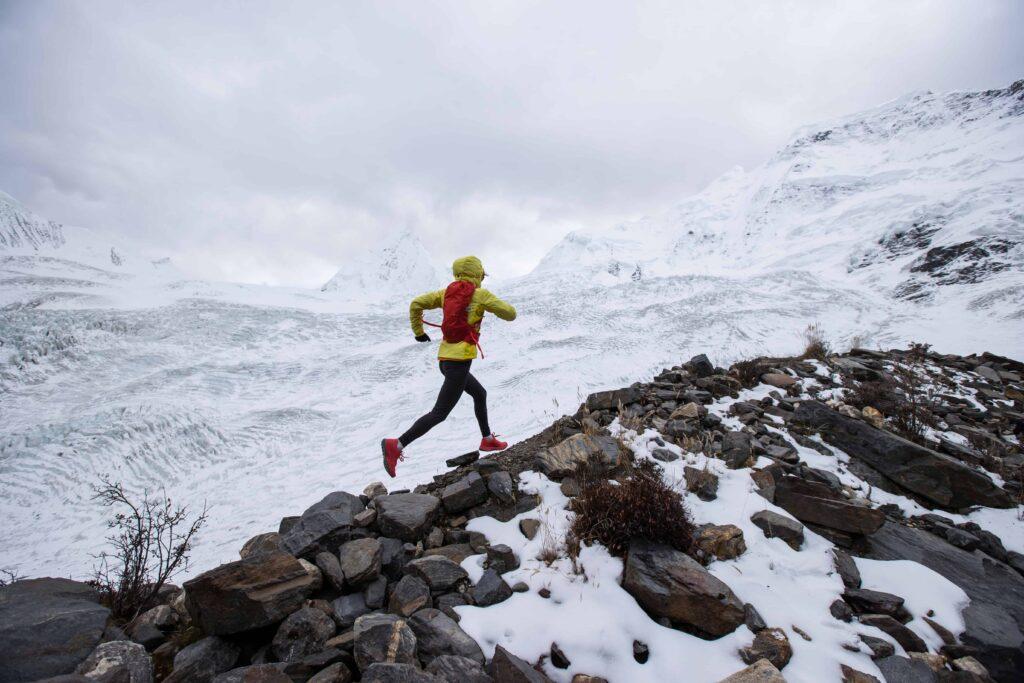 Trail running en montagne sur la neige
